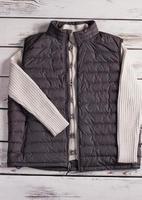 maglione e gilet lavorati a maglia da uomo bianchi. foto
