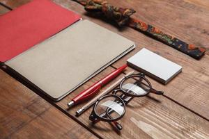 accessori da uomo sul tavolo di legno foto