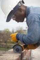 il muratore usa la sega. foto