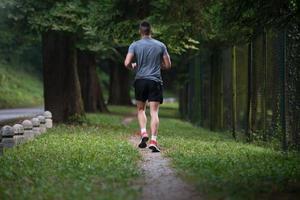 modello di fitness in esecuzione all'aperto cercando di perdere peso foto
