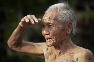 uomo karen tatuato