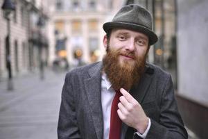 uomo barbuto alla moda foto