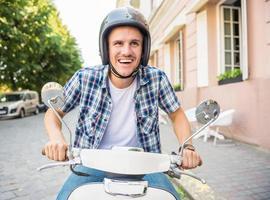 cavalcando scooter foto
