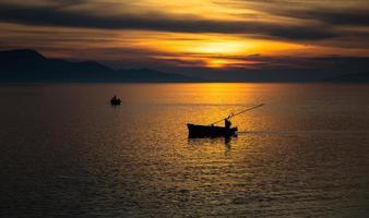 barche al tramonto foto