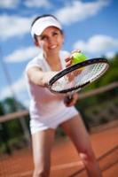 femmina che gioca a tennis foto