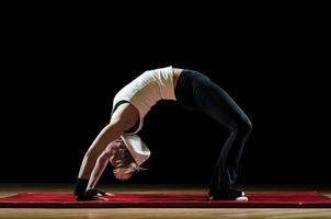 giovane femmina facendo esercizio foto