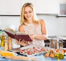 pizza italiana di fabbricazione femminile foto