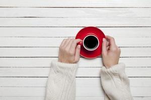 tazza di caffè femminile della holding foto