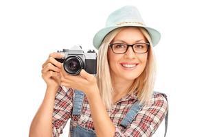fotografo femminile in possesso di una macchina fotografica foto