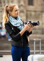giovane donna che viaggia con la macchina fotografica foto