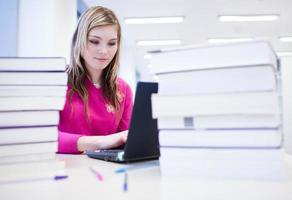 bella studentessa in biblioteca foto