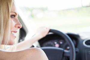 mano femminile che tiene il volante foto