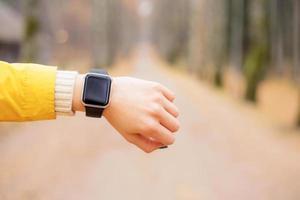femmina con smartwatch al polso foto