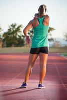 corridore femminile su una pista di atletica leggera foto