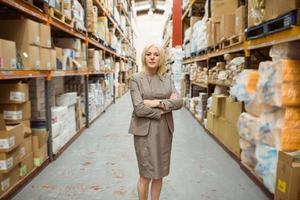 serio manager femminile con le braccia incrociate foto