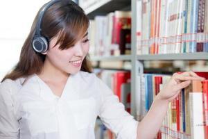 bello ritratto asiatico della studentessa in biblioteca foto