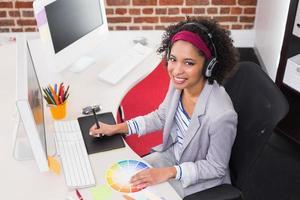 editor di foto femminili con digitalizzatore in ufficio