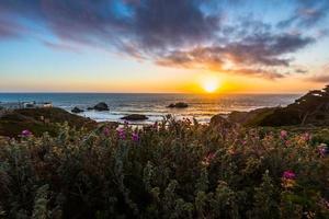tramonto sulla spiaggia dell'oceano foto