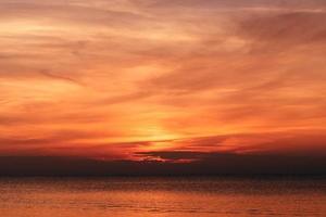 bellissimo tramonto arancione foto