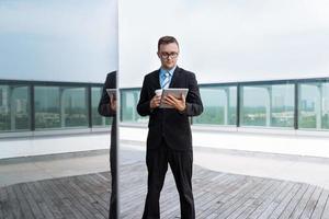 uomo d'affari con tavoletta digitale foto