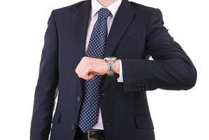 uomo d'affari che controlla tempo sul suo orologio da polso. foto