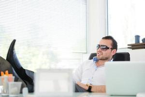 uomini d'affari mediorientali in ufficio moderno foto