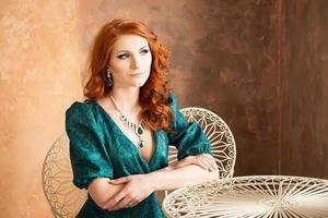 donna elegante in stile retrò seduto al tavolo. foto