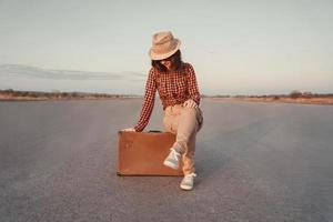 il turista si siede su una valigia foto