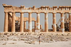 il turista vicino all'acropoli di atene, in grecia foto