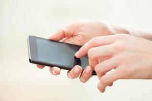 vicino di una donna che per mezzo dello Smart Phone mobile foto