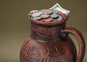 soldi nella brocca foto