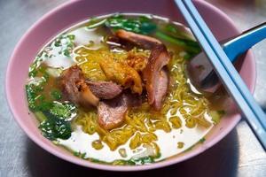 tagliatella cinese della carne di maiale dell'uovo rosso foto