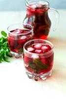 cocktail di mojito alla fragola con il fuoco selettivo del ghiaccio e della menta foto
