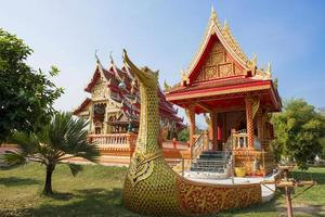 statua dorata del cigno in tempio buddista, Tailandia foto