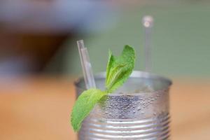 vista ravvicinata del mojito con foglie di menta in lattina foto