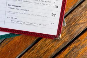 menu sul tavolo di legno