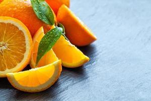 arancia fresca su pietra nera