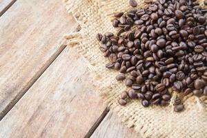 chicchi di caffè su fondo di legno