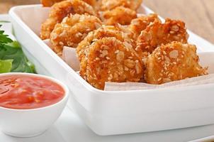 bocconcini di pollo ricoperti di cereali, briciole e sesamo