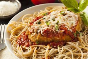 parmigiano di pollo italiano fatto in casa foto