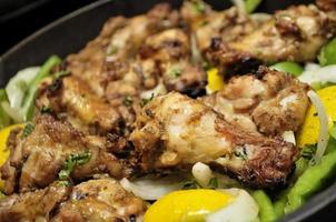 pollo tandoori con peperoni verdi, cipolle al limone foto