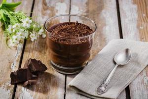 mousse al cioccolato in un bicchiere foto
