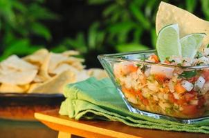 ceviche con lime e tortilla chips