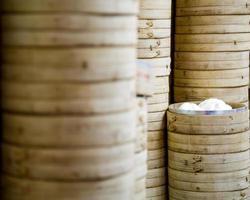 pila di piroscafi di riso di bambù foto