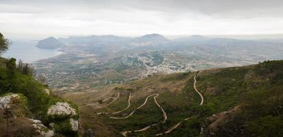 paesaggio siciliano della strada tortuosa per erice città in inverno.