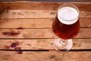 birra ambrata in una cassa foto