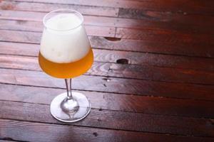 birra di grano su legno foto