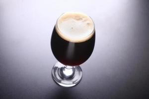 bicchiere di birra scura foto