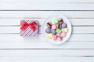 confezione regalo e macaron foto