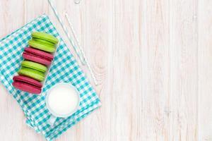macarons colorati e tazza di latte foto